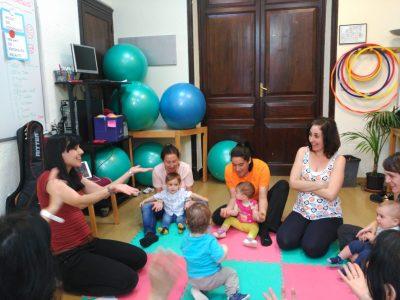 Un momento del curso de alemán a través de la música para bebés y niños con su acompañante