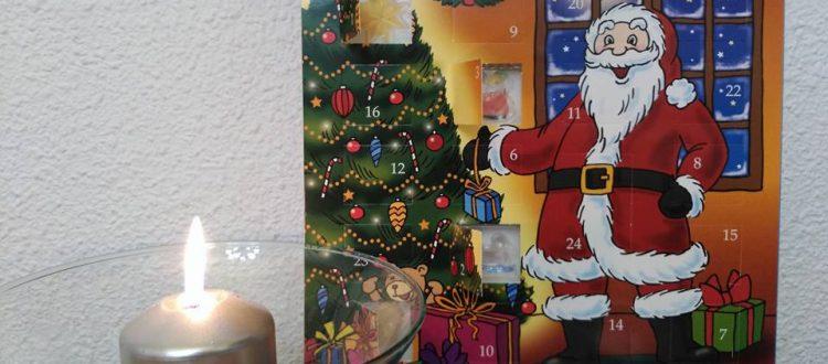 Sankt Nikolaus visita por Navidad a los niños de los cursos de alemán